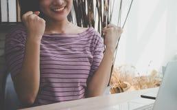 Mano della donna dell'ufficio su con il gesto di vittoria fotografia stock libera da diritti