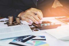 Mano della donna di affari che analizza i dati finanziari, libro contabile, grafico commerciale Fotografia Stock Libera da Diritti