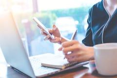 Mano della donna di affari che funziona con un computer portatile nell'ufficio Immagini Stock