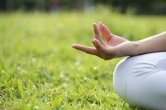 Mano della donna di yoga Fotografie Stock