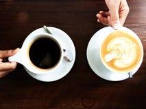 Mano della donna e della tazza di caffè immagini stock libere da diritti