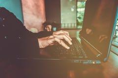 Mano della donna facendo uso del computer portatile per fare il mercato di riserva finanziario o di commercio di affari, dei fore fotografia stock libera da diritti