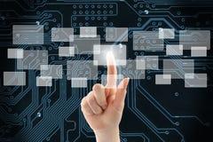 Mano della donna facendo uso dell'interfaccia del touch screen Immagini Stock Libere da Diritti