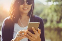 Mano della donna facendo uso dello smartphone immagini stock libere da diritti