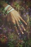 Mano della donna sulla superficie dell'albero con il lotto di stile di boho jewrly, anelli Fotografia Stock Libera da Diritti