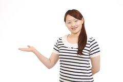 Mano della giovane donna che mostra segno in bianco Fotografie Stock