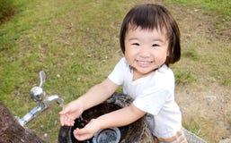 Mano della lavata del bambino nell'esterno Fotografie Stock