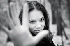 mano della macchina fotografica che allunga alla donna Fotografia Stock Libera da Diritti