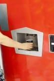 Mano della persona che ottiene un vetro con acqua frizzante Fotografie Stock