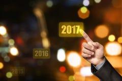 Mano della persona di affari che tocca numero 2017 immagine stock