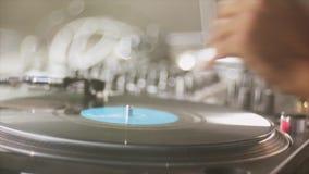 Mano della piattaforma girevole di filatura del DJ del maschio sul partito di notte intrattenimento Attrezzatura professionale sa archivi video