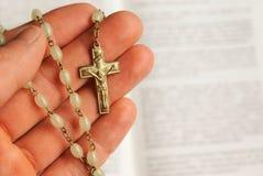 Mano della preghiera del Jesus con la traversa ed i branelli Fotografia Stock Libera da Diritti