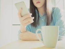 Mano della ragazza asiatica 25s a 35s in pigiami blu al suo dur della camera da letto fotografia stock libera da diritti