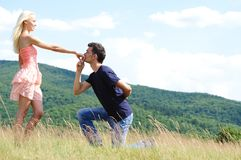 Mano della ragazza di bacio del ragazzo Fotografie Stock Libere da Diritti
