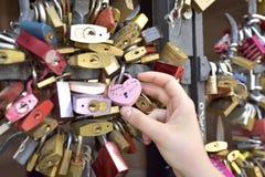 Mano della ragazza sulla serratura di amore - BASILEA - Svizzera - 21 luglio 2017 Fotografie Stock Libere da Diritti
