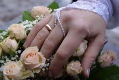 Mano della sposa Fotografia Stock