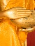 Mano della statua dorata di Buddha con la supplica della ciotola in Tailandia Buddh Fotografie Stock