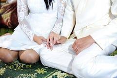 Mano della tenuta della sposa e dello sposo nella cerimonia di nozze tailandese Fotografie Stock