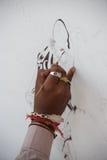Mano della tigre della pittura dell'artista Fotografia Stock Libera da Diritti