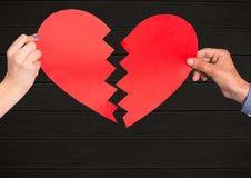 Mano delle coppie che tengono cuore rosso Fotografia Stock