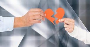 Mano delle coppie che tengono cuore rosso Fotografia Stock Libera da Diritti