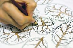 Mano delle donne che disegna gli elementi floreali Fotografia Stock