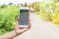 Mano delle donne che tiene Iphone6 con l'applicazione di Google Maps fotografia stock libera da diritti