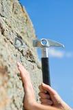 Mano dello scalatore e del martello Fotografia Stock