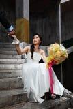 Mano dello sposo della holding della sposa al vecchio posto di Grunge Fotografie Stock Libere da Diritti