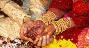 Mano dello sposo e della sposa con il tatuaggio del hennè Immagini Stock