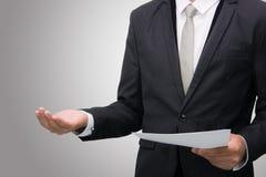 Mano derecha de la demostración de la postura del hombre de negocios aislada Imágenes de archivo libres de regalías