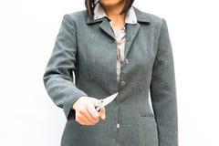 Mano derecha de la demostración de la postura del hombre de negocios con el cuchillo fotos de archivo