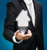 Mano derecha de la postura del hombre de negocios que lleva a cabo el icono de la casa aislado Fotos de archivo libres de regalías
