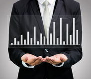 Mano derecha de la postura del hombre de negocios que lleva a cabo finanzas del gráfico Imagenes de archivo