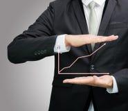 Mano derecha de la postura del hombre de negocios que lleva a cabo finanzas del gráfico aisladas Imagen de archivo