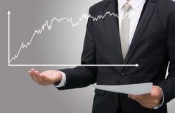 Mano derecha de la postura del hombre de negocios que lleva a cabo finanzas del gráfico aisladas Imagen de archivo libre de regalías