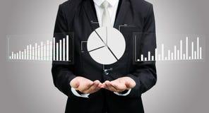 Mano derecha de la postura del hombre de negocios que lleva a cabo finanzas del gráfico aisladas Foto de archivo libre de regalías