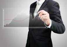 Mano derecha de la postura del hombre de negocios que lleva a cabo finanzas del gráfico aisladas Foto de archivo
