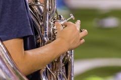 Mano derecha de un jugador de la tuba en el ensayo imagenes de archivo
