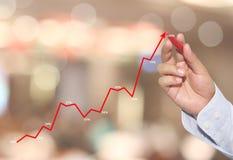 mano di affare di tocco dell'uomo d'affari del grafico lineare nel punto di punta fotografie stock