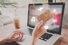Mano di affari che scrive su una tastiera del computer portatile con la carta di credito Immagini Stock Libere da Diritti