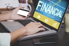 Mano di affari che scrive su una tastiera del computer portatile con la carta di credito Fotografie Stock