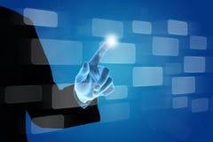 Mano di affari che spinge bottone sullo schermo virtuale fotografie stock