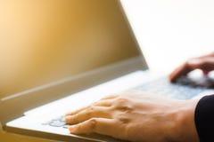 Mano di affari facendo uso del computer portatile per lavorare Computer portatile di uso della mano che controlla email o messagg Fotografia Stock