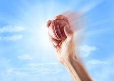 Mano di bowling della palla da cricket Fotografia Stock