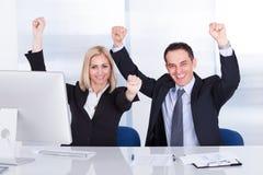 Mano di And Businesswoman Raising dell'uomo d'affari immagine stock