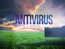 Mano di Businesswomans che presenta l'antivirus di parola Fotografie Stock Libere da Diritti