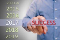 Mano di Bussinessman che indica il testo di successo per 2017 mira al concep Fotografia Stock