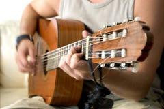 Mano di corrosione della chitarra nel movimento Fotografie Stock Libere da Diritti