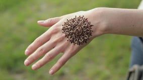 Mano di giovane donna caucasica con il tatuaggio floreale di mehndi stock footage